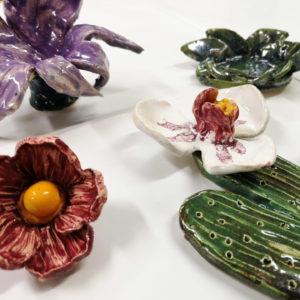 Zdjęcie przedstawia prace ceramiczne - kwiaty wykonane podczas zajęć z rzeźby i ceramiki w TCK