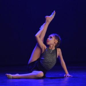 Zdjęcie przedstawia tańczącą tancerkę