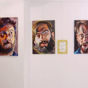 """Zdjęcie przedstawia wystawę """"Pejzaż twarzy/ twarz pejzaży"""""""