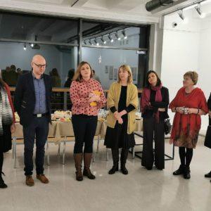 """Zdjęcie przedstawia organizatora i autorów prac wykonanych na potrzeby wystawy zbiorowej """"MOZAIKA/2"""""""