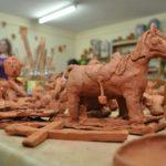 Zdjęcie przedstawia prace rzeźbiarskie wykonane podczas zajęć z rzeźby i ceramiki