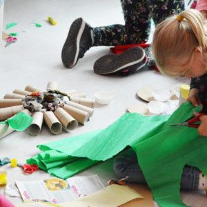 Zdjęcie przedstawia dzieci podczas warsztatów plastycznych