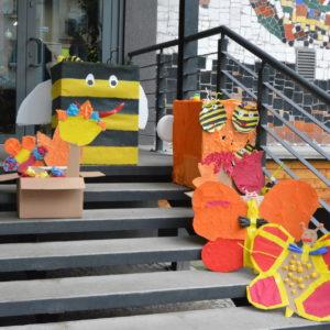 Zdjęcie przedstawia prace plastyczne dzieci - pszczoły i motyle stworzone z kartonów podczas warsztatów w ramach wydarzenia Eko Kraina
