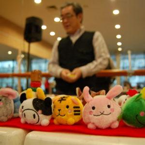 Zdjęcie przedstawia japońskie maskotki