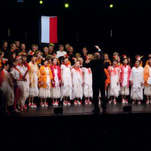 Zdjęcie przedstawia japoński i polski chór podczas występu na scenie TCK