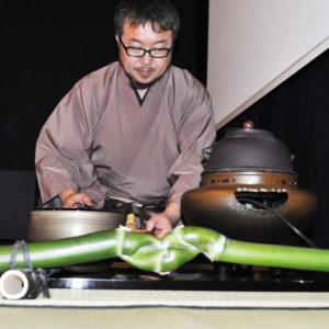 Zdjęcie przedstawia Japończyka podczas ceremoni parzenia herbaty