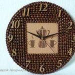 Zdjęcie przedstawia zegar kawowy - pracę wykonywaną w ramach warsztatów plastycznych
