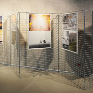 Zdjęcie przedstawia wystawę fotografii Łukasza Kowalskiego