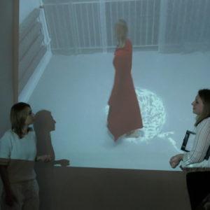 Zdjęcie przedstawia artystkę oraz kuratorkę wystawy w Galerii Przytyk