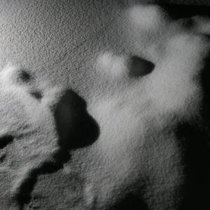 Zdjęcie przedstawia zbliżenie sól rozsypaną w galerii Przytyk w ramach instalacji artystycznej