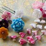 Zdjęcie przedstawia japońskie ozdoby do włosów z użyciem kwiatów wykonanych z materiału