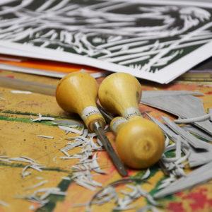 Zdjęcie przedstawia dłuta używane do tworzenia linorytu podczas warsztatów graficznych