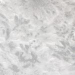 Zdjęcie przedstawia zbliżenie na rozsypaną na podłodze sól