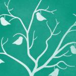 Grafika przedstawia zarys ozdobnego drzewka szczęścia na turkusowym tle