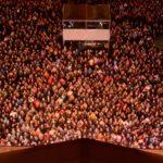 Zdjęcie przedstawia tłum ludzi podczas Gwarków widziany z wieży ratuszowej