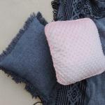 Zdjęcie przedstawia dwie dekoracyjne poduszki