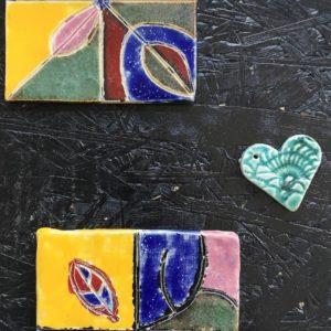 """Zdjęcie przedstawia fragmenty prac ceramicznych wykonanych na zajęciach plastycznych """"Punkt Sztuki"""""""