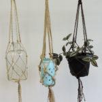 Zdjęcie przedstawia trzy doniczki wiszące na ręcznie zrobionych sznurkoywch kwietnikach - makramach