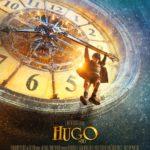"""Zdjęcie przedstawia plakat filmu """"Hugo i jego wynalazek"""" na którym widać tarczę ogromnego zegara i wiszącego na jednej ze wskazówek chłopca"""
