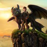 """Zdjęcie przedstawia kadr z filmu animowanego """"Jak wytresować smoka"""", na którym znajduje się stojący na wzgórzu smok i jego właściciel"""