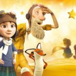 """Grafika przedstawia fragment plakatu filmu animowanego """"Mały książę"""" na którym widzać bohaterów filmu"""" dziewczynkę starca, pluszowego lisa i siedzącego w tle Małego Księcia wraz z lisem"""