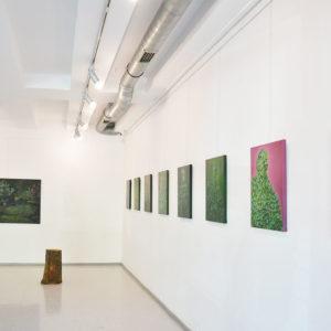Zdjęcie przedstawia prace malarskie Natalii Rybki w Galerii Przytyk
