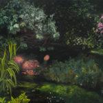 Zdjecie przedstawia obraz autorstwa Natalii Rybki, przedstawiający kobietę uformowaną z roślin, pływającą w stawie pośród zarośli