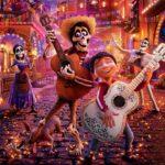 """Grafika z filmu animowanego """"Coco"""" przedstawiająca postaci grajace na gitarach podczas meksykańskiego święta zmarłych"""