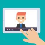 grafika na niebieskim tle ekran, który przedstawia mężczyznę występującego w wideo, na grafice jest również ręka która przesuwa nagranie wideo