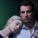 """Kadr z filmu """"Obraz pożądania"""" przedstawia przytulającą się parę"""