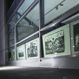 Zdjęcie przedstawia prace Jana Nowaka w oknach TCK