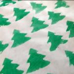 zdjęcie piankowego papieru prezentowego, biały papier z odbitymi zielonymi choinkami