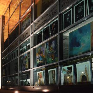 Zdjęcie obrazów Dyplomy ZSAP 2020- obrazy wywieszone w oknie budynku TCK