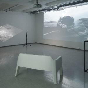 Zdjęcie przedstawia fragment projektu artystycznego Mateusza Kokota, wizualizacje multimedialne na ścianach galerii.