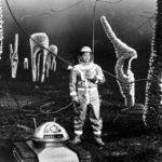 """kadr z filmu """"Milcząca gwiazda"""", kosmonauta chodzący po nieznanej planecie"""