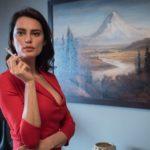 Kadr z filmu na którym kobieta w czerwonej bluzce pali papierosa