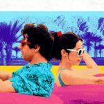 """kadr z filmu """"Palm Springs"""" przedstawiający parę aktorów w kolorowych kółkach pływających w basenie"""