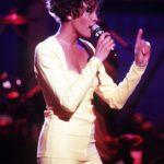zdjęcie Whitney Houston z mikrofonem