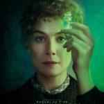 """zdjęcie z filmu """"Skłodowska"""" przedstawiające aktorkę trzymająca fiolkę"""