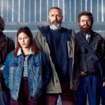 """zdjęcie 4 mężczyzn i kobiety, dwóch mężczyzn trzyma broń, kadr z filmu """"Jeźdźcy sprawiedliwości"""""""