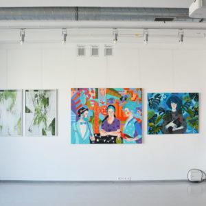 zdjęcie obrazów wiszących w galerii przytyk- obrazy z wystawy ZSAP