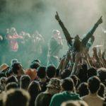 zdjęcie tłumu na koncercie