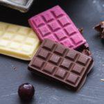 zdjęcie tabliczek czekolady na tle stołu