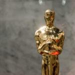 Zdjęcie przedstawia złotą statuetkę Oscara - Nagrodę Akademii Filmowej.