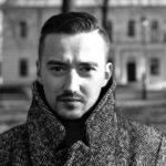 czarnobiałe zdjęcie portretowe Mateusza Adamczyka