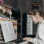 zdjęcie dziewczynki grającej na pianinie