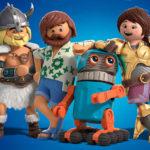 Grafika przedstawia postaci z filmu animowanego Playmobil: wikinga, mężczyznę z brodą w hawajskiej koszuli, małego robota oraz kobietę w złotej zbroi.