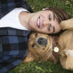 """Kadr z filmu """"Był sobie pies"""" przedstaiający chłopaka i psa leżących na trawie"""