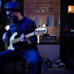 zdjęcie Marka Wrony grającego na gitarze
